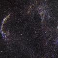 Cirrus -- Cirrus im Weitfeld mit 140mm f:4 Summe aus H-alpha/OIII/SII 30 Aufnahmen zwischen 240-300 Sekunden / Gain 420