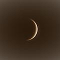 Schmale Sichel -- Venus ist zur feinen Sichel geworden! Taghimmelbeobachtung in der Nordeifel am Mittag des 16.5.2020 mit einem kleinen 80mm Refraktor, Brennweite 1280m (inkl. 2x Barlow). Kamera: ASI 120MM, 1% von 5000 Frames bei schlechtem Seeing. Bearbeitet mit dem neuen Programm Planetary System Stacker, dessen Handhabung ich fleißig übe :-) Zugeschnitten, auf richtige Orientierung gedreht und mit einem leicht nostalgischen Effekt versehen in der Win-10-eigenen Bildbetrachter App.